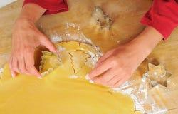 Het baksel van Kerstmis: Het verwijderen van koekjes Stock Afbeeldingen