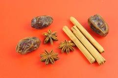 Het baksel van Kerstmis: Kaneel, steranijsplant, data Royalty-vrije Stock Afbeelding