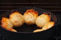 Het baksel van Samosasamsa in tandoor van de gietijzeroven Stock Foto