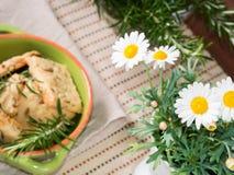 Het bakselconcept van het de lentehuis met koekjes en madeliefjes Stock Fotografie