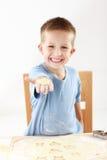 Het bakselkoekjes van de jongen royalty-vrije stock foto's