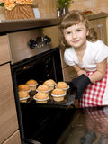 Het bakselmuffins van het meisje Stock Foto's