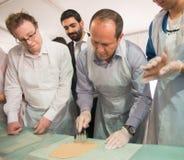 Het bakselworkshop van burgemeesternir barkat at A matzah Stock Afbeeldingen