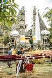 Het Balinese voorbereidingen treffen voor godsdienstige ceremonie Stock Afbeelding