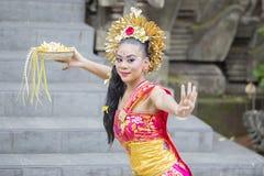 Het Balinese vrouw dansen met bevallig stelt royalty-vrije stock foto's