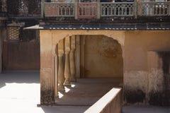 Het balkon van de boogstructuur wtÃth van Spiegelpaleis in Jaipun, India stock foto