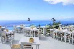 Het balkon van het luxeterras van exclusieve kusttoevlucht met buitensporig Ta stock fotografie
