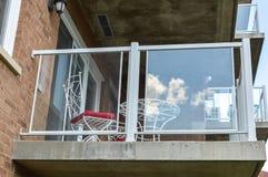 Het balkon van het moderne flatgebouw met koopflatsgebouw Stock Afbeelding