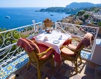 Het balkon van het restaurant in Mallorca stock afbeelding
