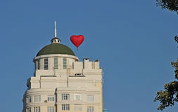 Het ballonhart over een high-rise gebouw Royalty-vrije Stock Afbeelding
