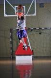 Het balspelspeler van de mand bij sporthal Royalty-vrije Stock Afbeelding
