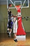Het balspelspeler van de mand bij sporthal Royalty-vrije Stock Afbeeldingen