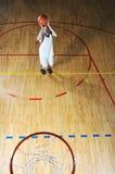 Het balspelspeler van de mand bij sporthal Stock Foto's