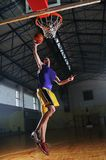 Het balspelspeler van de mand bij sporthal Stock Afbeeldingen