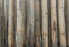 Het bamboe beschermt zand tegen overzeese golf Stock Fotografie