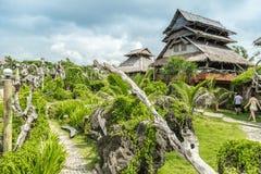 Het bamboe huisvest groene installaties op het kleine eiland van Crystal Cove dichtbij Boracay-eiland in de Filippijnen stock afbeelding