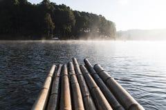 Het bamboevlot die op het reservoir drijven Royalty-vrije Stock Foto's