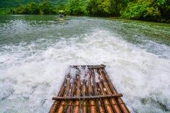 Het Bamboevlot op de rivier Stock Foto's