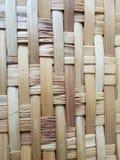 Het bamboeweefsel in patroon voor natuurlijke dienbladen, het oppoetsen, het weven, ambachten door volksvaklieden, recycleert stock afbeeldingen