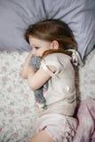 Het bang gemaakte meisje in bed met haar teddybeer †‹â€ ‹ Stock Foto