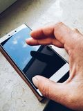 Het bank het winkelen het babbelen met online telefoon Royalty-vrije Stock Fotografie