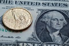Het bankbiljet van het Amerikaanse dollarcontante geld en muntstukachtergrond Stock Foto