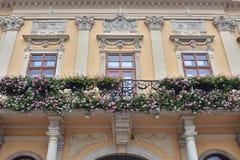 Het barokke detail van de huisvoorgevel stock foto's