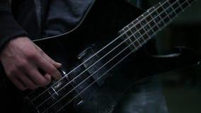 Het basgitarist spelen in hangaar stock video