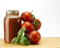 Het basilicum en de saus van tomaten Stock Foto