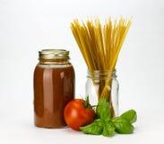 Het basilicum en de tomatensaus van deegwaren Stock Foto