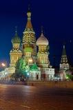 Het Basilicumkerk van heilige bij nacht Stock Afbeelding