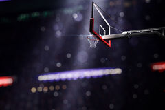 Het basketbal houp in licht glanst op bokehachtergrond Stock Foto