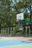 Het basketbal omrandt netto hoepel royalty-vrije stock afbeelding