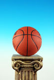 Het basketbal op het Voetstuk van de Kolom, Symbool van wint en Winnaars Stock Foto