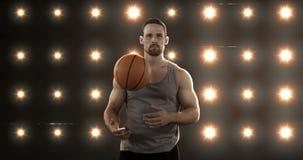 Het basketbal van de jonge mensenholding stock video