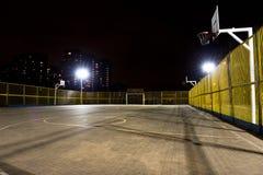Het basketbalhof van de sport bij nacht Royalty-vrije Stock Foto's