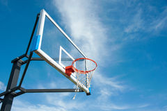 Het basketbalraad van de straat met de blauwe hemel Royalty-vrije Stock Fotografie