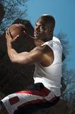 Het basketbalspeler die van de straat bal bewaakt Stock Afbeelding