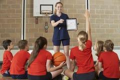 Het Basketbalteam van busGiving Team Talk To Elementary School royalty-vrije stock fotografie