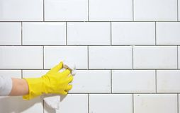 Het beëindigen van het betegelen van de keuken met witte tegels Royalty-vrije Stock Afbeelding