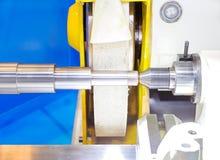 Het beëindigen van metaal die aan hoge precisie malende machine werken royalty-vrije stock foto's