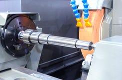 Het beëindigen van metaal die aan hoge precisie malende machine werken stock foto