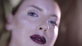 Het Beautyfulmeisje met goud schittert op haar gezicht stock video