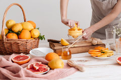 Het bebouwde beeld van vrouw drukt uit sap van citrusvruchten Royalty-vrije Stock Foto
