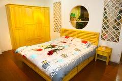 Het bed en de garderobe van de slaapkamer Royalty-vrije Stock Afbeeldingen