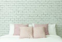 Het bed op witte bakstenen muurachtergrond Royalty-vrije Stock Afbeelding