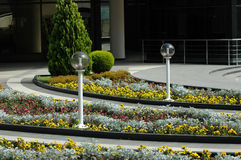Het bed van de bloem met ronde toorts Royalty-vrije Stock Foto