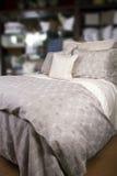 Het Bed van het hotel met Dekbed en Hoofdkussens Royalty-vrije Stock Afbeeldingen