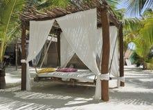 Het bed van het strand op wit zand royalty-vrije stock fotografie