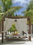 Het bed van het strand op wit zand royalty-vrije stock foto's